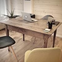 Rénovation d'un bureau en chêne rouge. Rehaussement des pieds; Réparation du fond de tiroir; Rabotage et rebouchage du plan de travail; Finition vernis incolore satin.