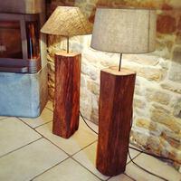 Réalisation de 2 lampes en chêne massif (ancienne poutre de charpente) avec abat-jour en lin naturel. Finition Rubio monocoat transparente.