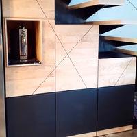 Meuble sous escalier en frêne et valchromat noir.