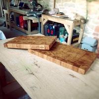 Planche à découper en bois debout. Finition huile de lin.