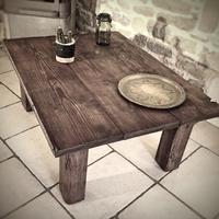 Réalisation d'une table basse en épicéa (anciennes planches à comté et chevrons). Finition vernis cerisier rouge satiné.
